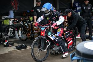 Joel Andersson stressar ut på sin reservcykel.