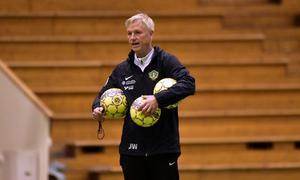 J-Södras tränare Jörgen Wålemark blickar ut över spelarna under fredagens träning.