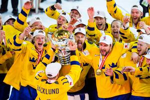Mikael Backlund lyfter pokalen och jublar med laget efter att Sverige vunnit VM-guld. Foto: Petter Arvidson / BILDBYRÅN