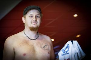 Viktor Danielssons tatuering avslöjar klubbtillhörighet, och han fortsätter att rada upp strikes i jakten på att nå tillbaka till Elitserien i bowling. Foto: Lennye Osbeck