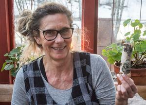 """""""Vi måste kapa veden kort för att kunna elda"""" säger Eva Korsgren."""