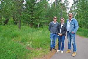 Tre som tyckte att Rättvik skulle ha en hundrastgård sommaren 2014. Fr v Fredrik Ollén (M), kommunalråd Anette Riesbeck (C) och Inge Östlund, då Centerpartist, nu Sverigedemokrat. Foto/Arkiv: Björn Daniels