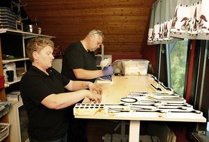 Kenth och Zorina jobbar sida vid sida under vissa moment av tillverkningen. För att få lite tidig julstämning har de redan satt upp julgardinerna.