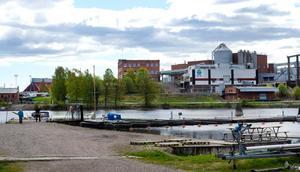 Nu: Spårvagnarna är borta och Ortvikens motorbåtsklubb huserar på marken.