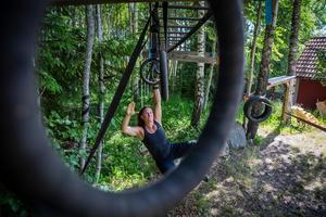 Caritha Barkskog och familjen har byggt upp flera olika hinder. Trapetsringarna är bland de roligaste.