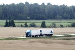 Vägtrafiken är dominerande i vårt land, både när det gäller personresor och godstransporter. Det är därför helt avgörande att vägarna håller bra kvalitet både i städerna och på landsbygden, skriver fyra moderata riksdagsledamöter. Foto: Fredrik Sandberg, TT.