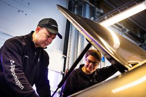 Mohamed Talal Almarridi hjälper stationsledare Jimmy Fjällstedt när han besiktigar en Toyota.
