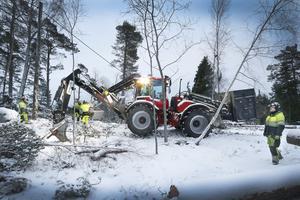 Linjemontörer från bland annat Lycksele, Säffle, Trollhättan och Karlstad har kommit till undsättning för att byta av de som jobbat många dagar i sträck med att få fram el till strömlösa hushåll i Roslagen.