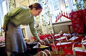 Diakonen Tina Sahlin hade fullt upp under tisdagen. Julen tär hårt på söderhamnarnas hushållskassa.