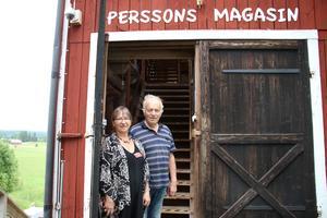 Välkomna hit! I helgen öppnade Eva och Carl-Eric portarna till Perssons Magasin i Västra Löa. De driver det för sjätte året i rad.