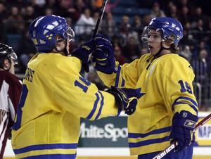 Nicklas Bäckström till höger, 18 år, i sitt första JVM i Kanada tillsammans med Niclas Bergfors. Bilden är tagen 30 december 2005. Arkivbild: AP/Richard Lam COPYRIGHT SCANPIX SWEDEN