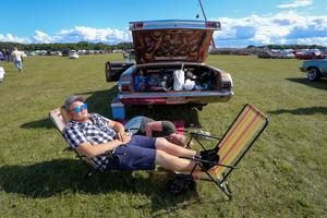Alex Rehn och Sara Törnbom låg och solade när VLT kom fram och ställde lite frågor om årets bilträff. Foto: Lennye Osbeck