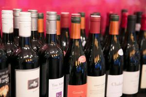 En alkoholskatt som i övriga EU skulle minska tillgången till insmugglad vin och sprit, anser skribenten.