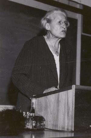 En åldrard Lydia Wahlström i talarstolen.