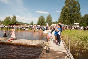 Folkfest på säsongspremiären av Siljansrodden.