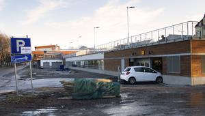 Längs parkeringsplatsen mot Lillfjärden planerar Monitor att bygga lägenheter.