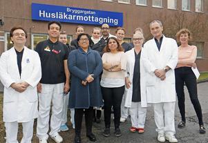 Bryggargatans personal fr v första raden: Hormoz Younan Sardroud, läkare, Morteza Boojar, läkare, Maria Castaneda Sieurin, kurator, Fari Rigi, medicinsk sekreterare, Marianna Källgren Lenseús, läkare, Peter Poensgen, verksamhetschef/läkare, Marianne Arnerup, medicinsk sekreterare. F v andra raden: Johanna Hedlund, sjuksköterska, Erica Söderlund, receptionist/undersköterska, Jenny Majlund, undersköterska, Sara Holmsten, undersköterska (skymd). Längst bak: Kim Söderlund, enhetschef, Samir Eliwa, läkare.