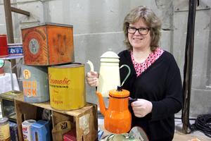 Populära kannor. Annika Söderlund har två fina kannor från Kockums, en gul-grön som är lite dyrare och en orange som kostar mindre.