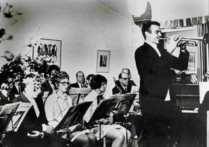 Arne Lamberts framträdande vid 100-årsjubileet 1969 i Lillhagaskolan. Bild: Turinge-Taxinge hembygdsförening