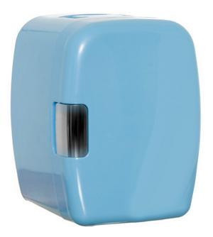 Det här lilla kylskåpet från coolstuff.se går att ställa in på både varmt och kallt. Perfekt för att hålla drycker kylda eller lite mat varm. Drivs av bilens cigarettändare, men går även koppla in i ett vanligt eluttag. Kostar 479 kronor.