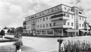 Funkishuset där Nya Konditoriet flyttade in 1936. Fastigheten ägdes då av konditoriägarna Ida och Karl Hedberg, men övertogs på 1960-talet av HSB. Vart tog den gamla neonskylten vägen?