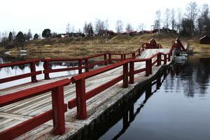 150 000-200 000 kronor per år säger Tomas Sundström på Vägverket att bron kostar i underhåll.