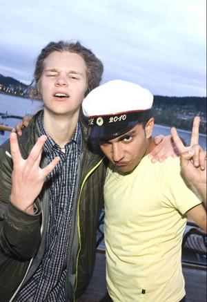 Glada i hatten var Sebastian Mellergård och Murat Sutcu som insisterade på att han tog studenten denna dag.  Den här kvällen kommer att bli höjdpunkten i sommar! Skanderar Murat.