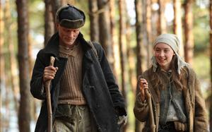 Ed Harris spelar en mystisk amerikan, och Saorse Ronan en ung polsk flicka i