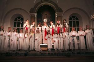 Alftas Lucia Frida-Li Rehnström framförde med sina tärnor och barnen från Alfta barn- och flickkör bland annat Himlen i min famn och Ljuset i advent under den stämningsfulla lucia-högtiden i Alfta kyrka.