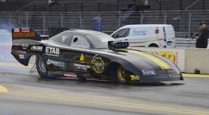 Micke Larsson från Sandviken gick vidare en runda i Top metanol funny car.