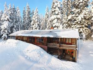 Fastighet som enligt mäklaren kan användas både som fritidshus och  permanentboende. Foto: Johan Hinders