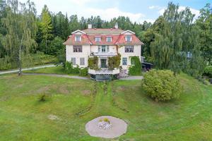 Foto: Malin af Kleen/ Bostadsfotograferna. Huset i Guldsmedshyttan har det romantiska namnet Drakabäcken.