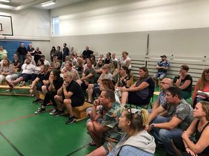 Många i Medåker är engagerade för att ha sin skola kvar. Här bild från ett informationsmöte i Medåker tidigare i år. Foto: Privat.