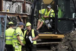 Christer Mattsson i mitten. I grävmaskinen sitter Mikael Persson som intervjuades i NT kort efter att rivningen påbörjats.