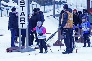 Det var många koncentrerade åkare, såväl stora som små som stod vid startlinjen. Här startar Tilde Högosta från Kramfors Alliansen.