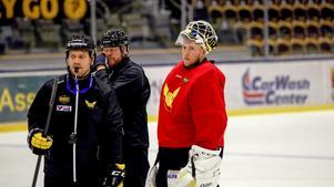 Thomas Paananen och målvakten Emil Kruse som var tillbaka i träning under måndagen efter sin sjukdom.