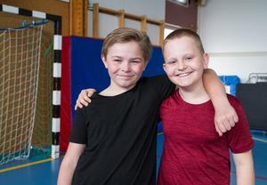 August Berg och Filip Ignell är så här glada efter de avslutat morgonyogan. De säger båda två att det är lättare att fokusera på lektionerna efter yogan.
