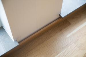 Flera av husköparna på Grönstensslingar har haft problem med sina parkettgolv. Hos Imre Sutus buktar golvsocklarna.