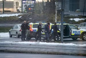Två polisbilar larmades ut i jakt på den vinglige föraren.