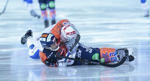 Christian Mickelsson kopplade ett klassiskt nacksving på Joakim Johansson.