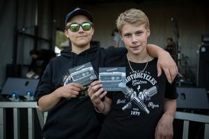 Kompisarna Joey Johansson och Liam Söderlund körde EPA-traktor för att ta sig till konserten med Backboons.