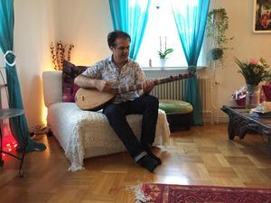 Rostam Mirlashari har spridit den baluchiska musiken i hela världen och kallas därför