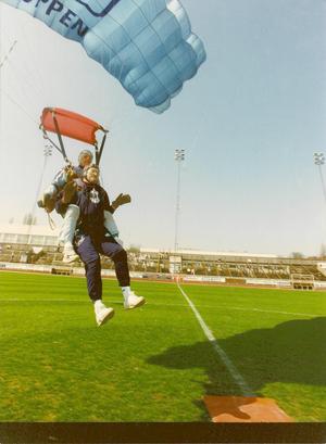 Esbjörn gillar flygplan, luftballong och att hoppa fallskärm. Här landar han mitt på fotbollsplanen vid Arosvallen. Foto: Privat