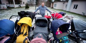 Tommy Dunberg i Järna har gjort barnvagnstestandet till en heltidssyssla. Dotterna Svala, 1 år, provsover en av vagnarna.