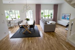 Här bor Ylva med familj.  De har valt en så kallad köksö i köksdelen, för att kunna kombinera förvaring och sittplats.