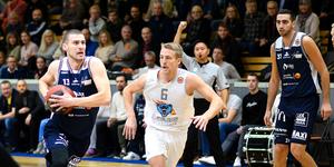 Niklas Larsson med bollen och Michael Axelsson Kaltak när Köping Stars föll mot Wetterbygden på hemmaplan. Foto: Stefan Lindgren
