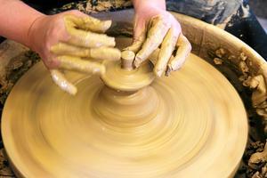 Keramiker är ett av de 75 yrken som går att utbilda sig till som lärling.
