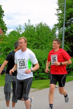Håkan Svärd och Peter Andersson, Sala, tar sig framåt.