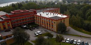 Ombyggnationerna vid Sollefteå sjukhus entré påverkar inte sjukvårdens ekonomi, skriver insändarskribenterna.