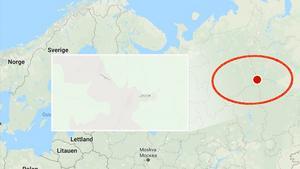 Karta från Google Maps. Den röda punkten beskriver positionen för Djatlovpasset i relation till norra Europa. Den inzoomade bilden är en närbild över själva passet.